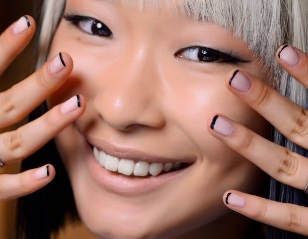 French manicure con smalto nero su base nude