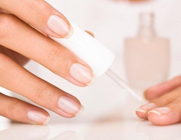 2. Proteggi le tue unghie applicando sempre una base prima dello smalto