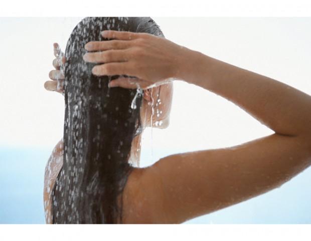 9. Al bagno in vasca, preferisci una doccia veloce per evitare che l'umidità rovini le tue unghie