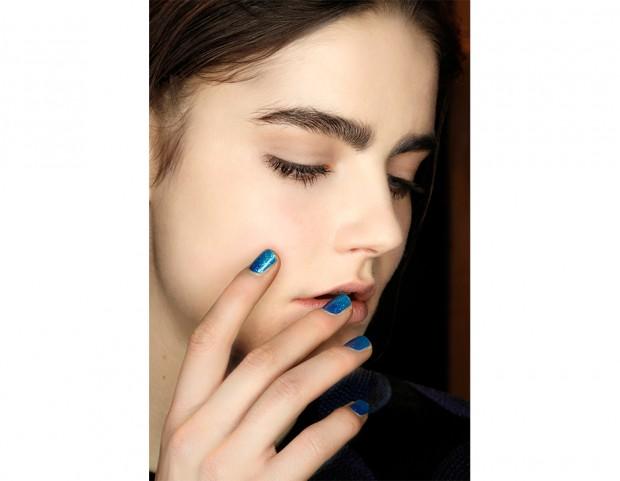 Smalto azzurro con glitter