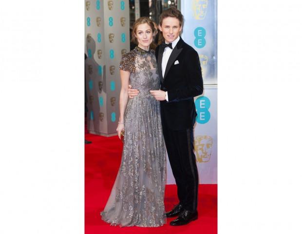 Hannah Bagshawe in Valentino con il marito Eddie Redmayne in Armani