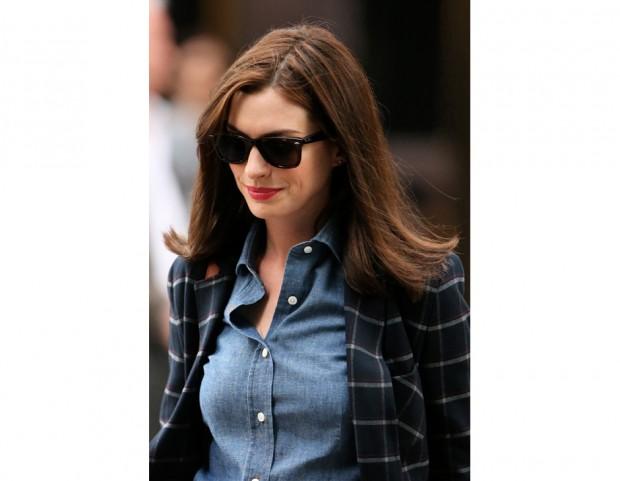 Anne Hathaway oggi ritorna la chioma fluente con riga centrale