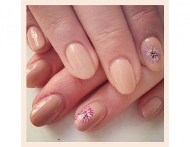 Accent manicure su base color miele