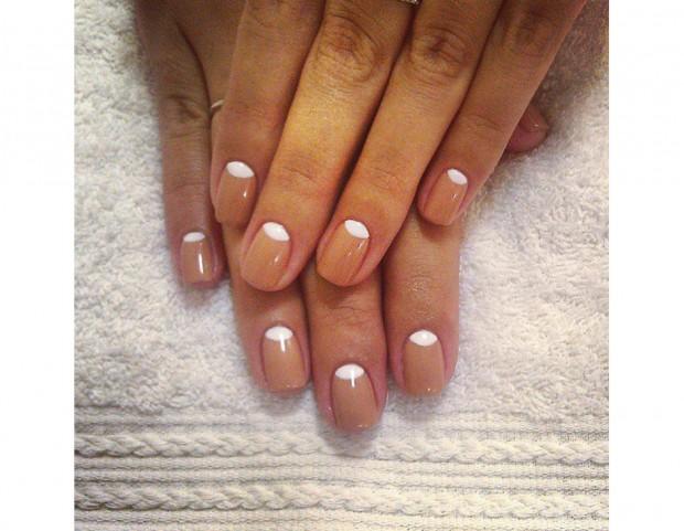 Reverse manicure con smalti nude e bianco