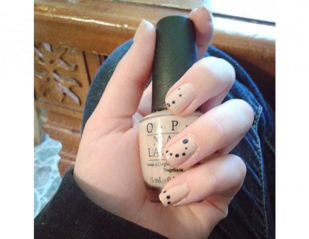 Puntini neri sulla manicure color miele