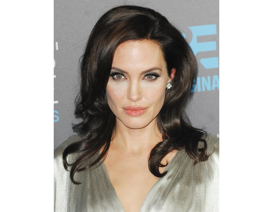 Angelina Jolie Oggi Capelli Castano Scuro E Acconciatura