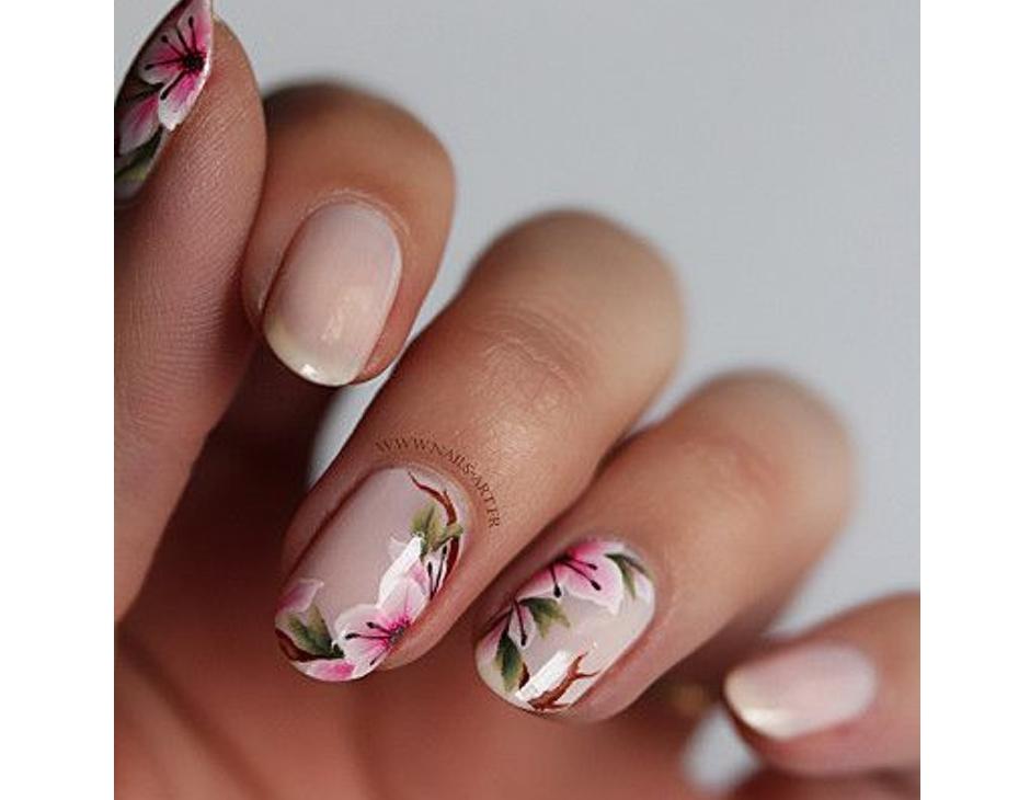Manicure con fiori delicati