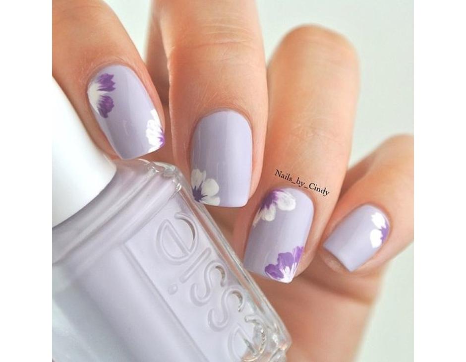 Manicure floreale nei toni del lilla
