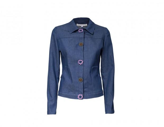 Giacca in jeans con bottoni a fiori realizzati all'uncinetto