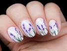 Nail art provenzale con fiori di lavanda su base bianca brillante. Photo credits @chalkboardnails
