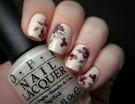 Sofisticata e con un gusto rétro questa nail art con fiori viola su base color crema. Photo credits @kimiko7878