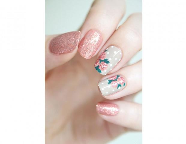 Glitter, pois e fiori per questa manicure dai toni delicati. Photo credits @jesuisvernie