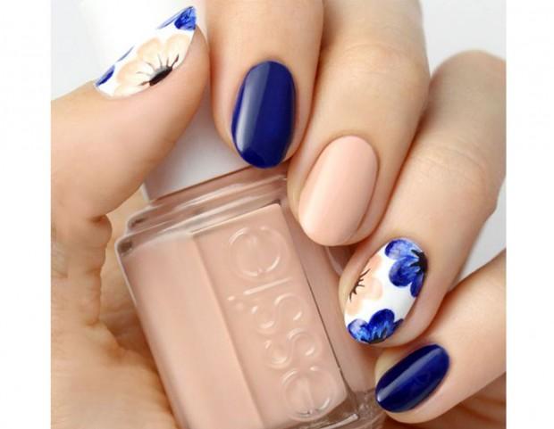 Nude, blu e accent nail floreale abbinata. Photo credits @Lulus