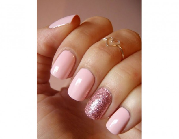 Accent nail glitterata per una nail art tutta rosa. Photo credit Pinterest  @lovethispic