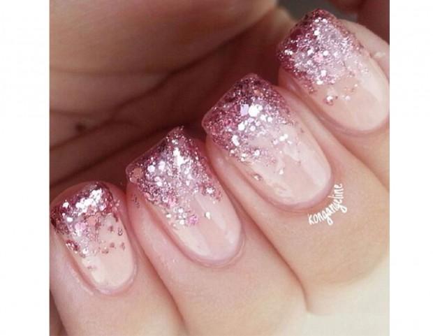 Una cascata di glitter rosa tono su tono sulla parte finale delle unghie.  Photo credit