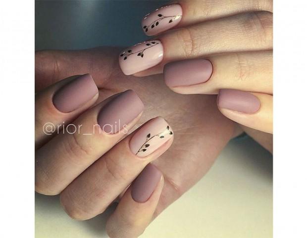 Nail art in due toni rosa e nude con decori floreali a contrasto. Photo  credit