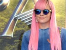 Lily Allen ama il millennial pink in versione neon. (Photo credit: Getty Images)