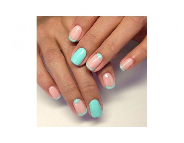 Nail art turchese con spazi negativi rosa nude. Photo credit: Pinterest vk.com