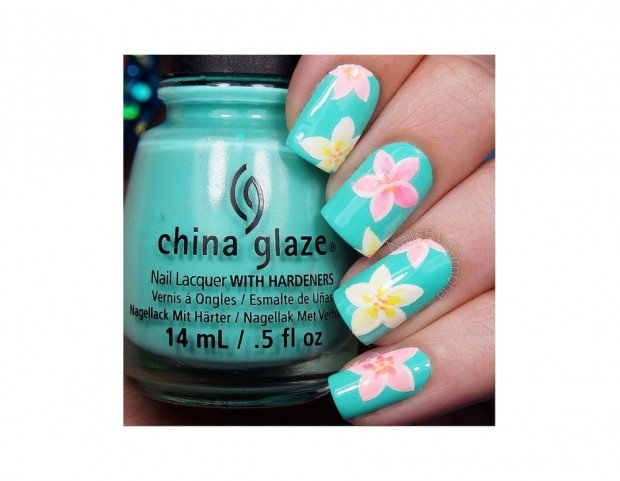 Decorazioni floreali in stile hawaiiano. Photo credit: Instagram @nailsbycambria
