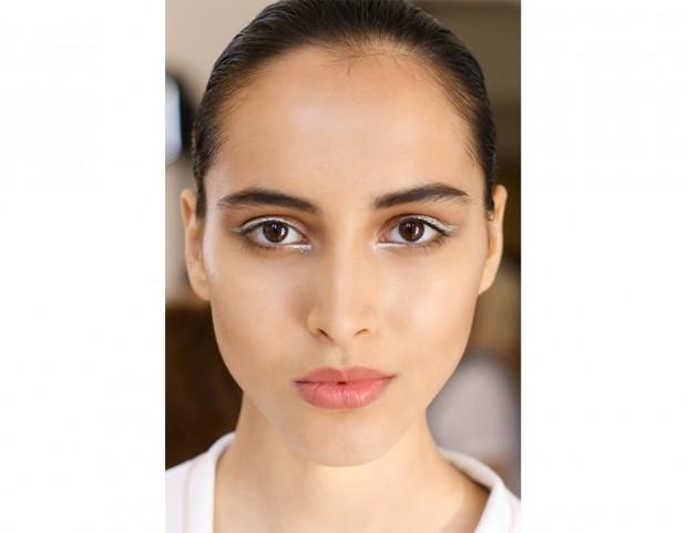 Eyeliner argento e strobing look