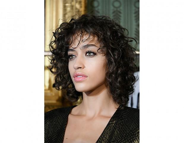 Anche i capelli ricci possono osare un taglio di capelli medio.