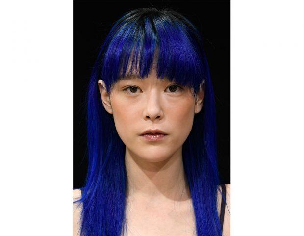 La frangia viene messa in risalto dai colori particolari, come il blu elettrico.