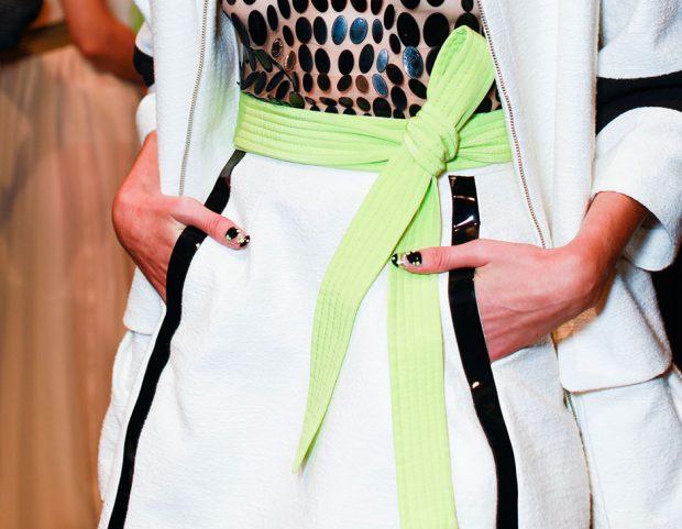 La nail art riprende i colori dell'abito.