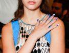 Nail art colorata e astratta nei toni del blu.