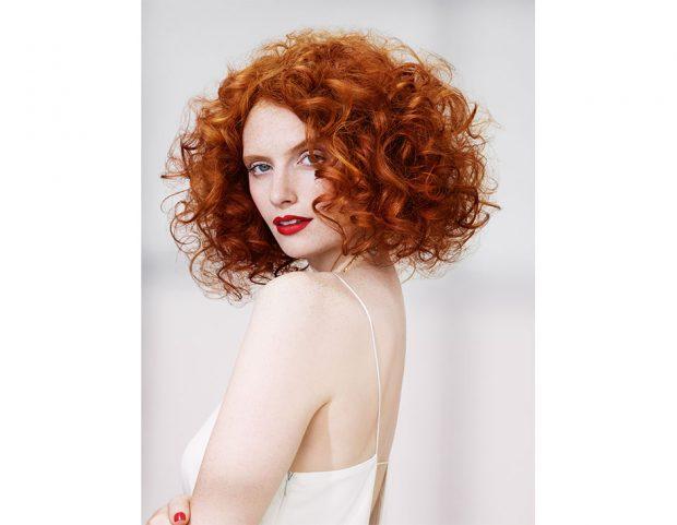 Taglio medio per capelli ricci con volume maxi. (Photo credit: Indola)