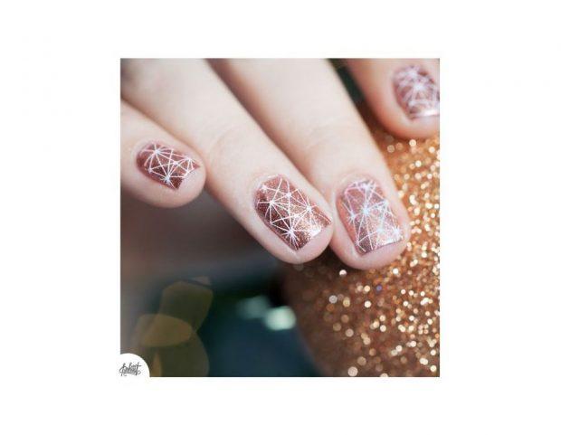 Giochi di luce su unghie metallizzate color oro rosa. (Photo credit Pinterest @pshiiit.com)