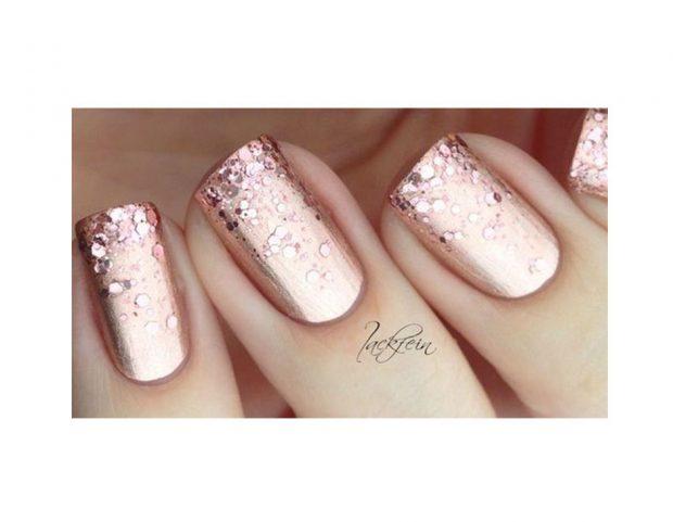 Nail art oro rosa tono su tono, con effetto metallico e glitter a cascata. (Photo credit Pinterest @jackfein)