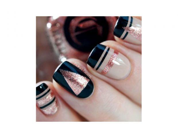Nail art geometrica nelle tonalità nude, nera e oro rosa. (Photo credit Instagram @paulinaspassions)