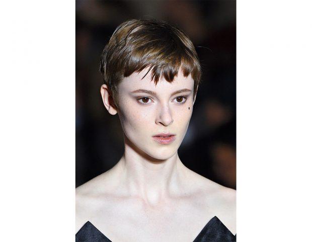Capelli corti: frangia corta e frastagliata su un taglio minimal.