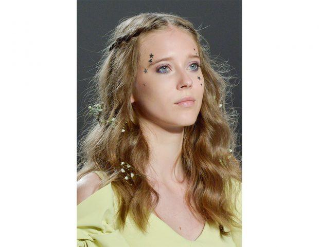 Capelli lunghi: capelli hippie-chic con treccine e fiori.