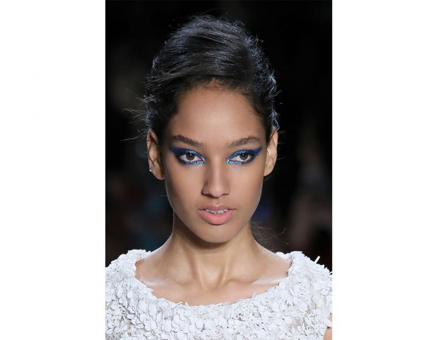 Trucco occhi grafico, blu a effetto shimmer.