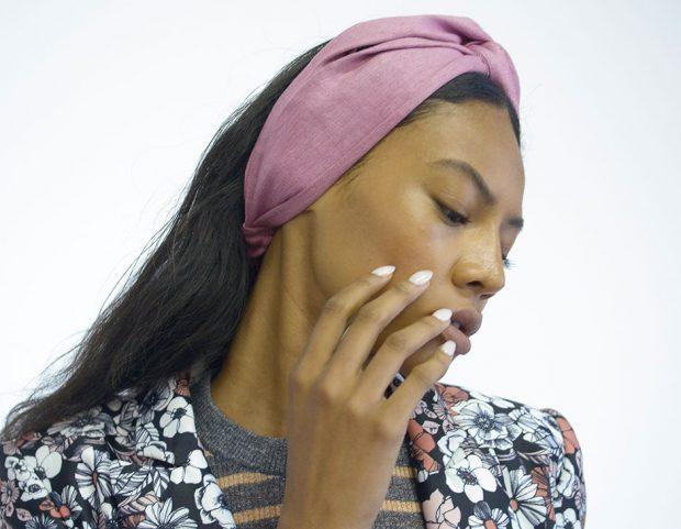 Il colore beige su unghie dalla forma a mandorla