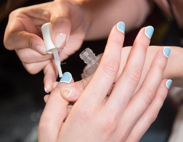 Cuticle manicure su smalto celeste.