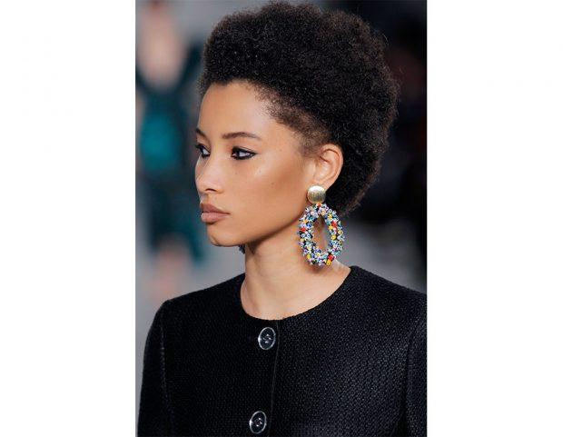 Taglio corto su capelli afro.