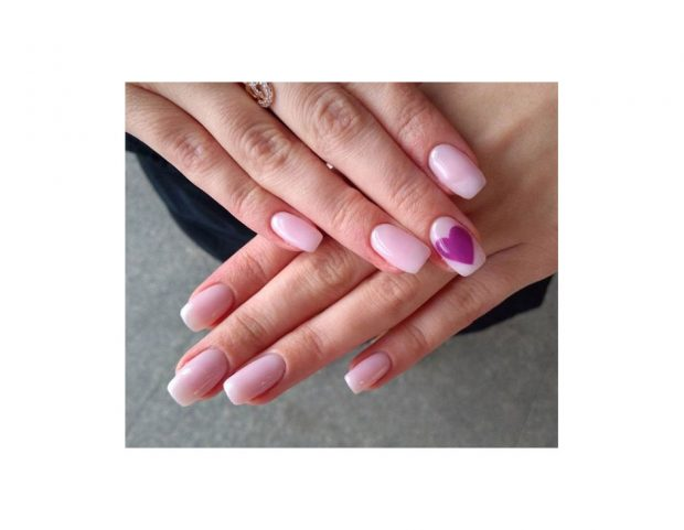 Nail art pink con accent nail viola. Photo credit: Instagram @pricebeauty90