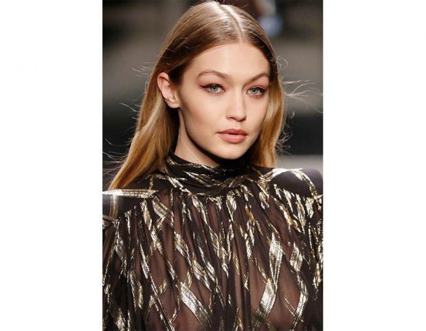 Gigi Hadid e il look con eyeliner da Alberta Ferretti. (Photo credit: Mondadori Photo)