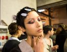 Eyeliner grafico, ombretto rosso e finish glossato da Antonio Marras. (Photo credit: Francesca Merlo)