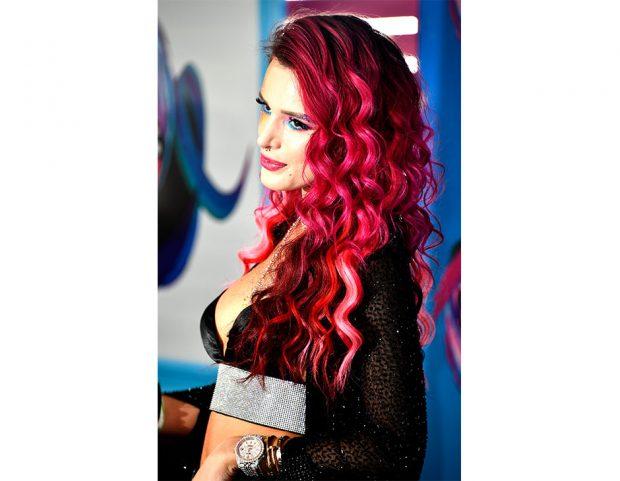 I capelli color magenta di Bella Thorne. (Photo credit: Getty Images)