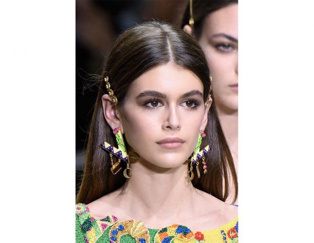Kaia Gerber per la sfilata di Versace, con i capelli lisci impreziositi da fermagli laterali.