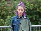 L'influencer Irene Kim ha scelto un mezzo chignon sui suoi capelli medi lilla. Photo credit: Mondadori Photo