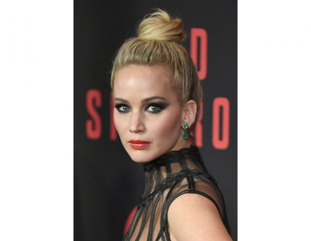 Il top knot alto di Jennifer Lawrence. Photo credit: Getty Images