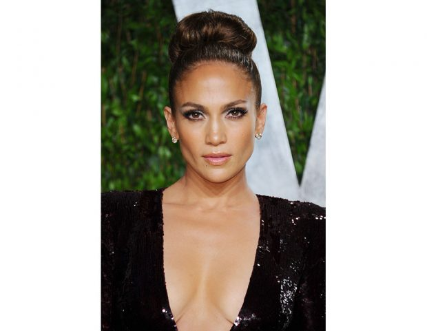 Top knot con volume maxi per Jennifer Lopez. Photo credit: Getty Images