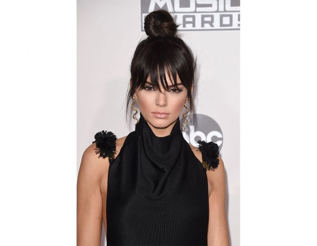 Top knot con frangia per Kendall Jenner. Photo credit: Getty Images