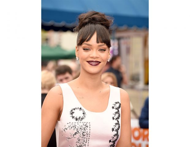 Top knot con morbida treccia a corona per Rihanna. Photo credit: Getty Images