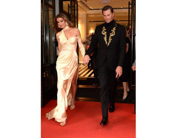 Gisele Bundchen e Tom Brady in Versace (Getty Images)