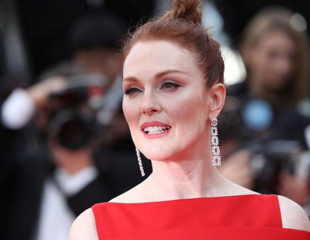 Capelli raccolti e trucco elegante per Julianne Moore. Make up by L'Oréal Paris. (Photo credit: Getty Images)